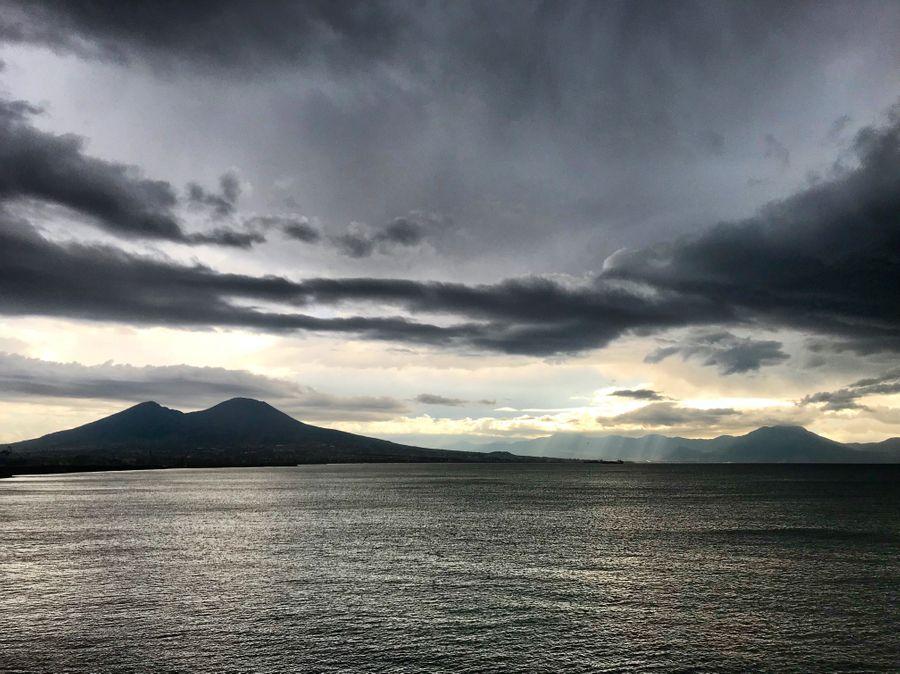napels met regen en Vesuvius op de achtergrond